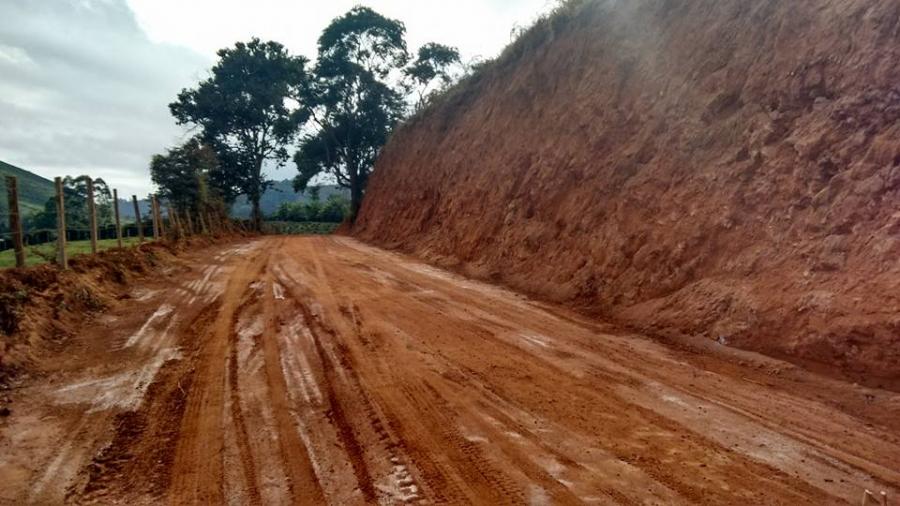 Prefeitura realiza alargamento de curvas na estrada que dá acesso ao Córrego do José Pedro